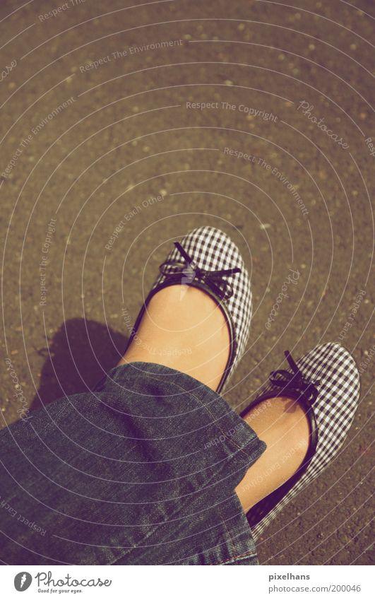 einfach mal entspannen . Lifestyle Stil Haut Erholung Feierabend feminin Junge Frau Jugendliche Fuß 1 Mensch Mode Hose Jeanshose Schuhe Beton genießen sitzen