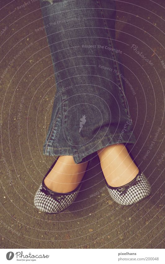 einfach mal entspannen .. Mensch Jugendliche blau weiß ruhig schwarz Erwachsene Erholung feminin Leben grau Stil Beine Mode Fuß Schuhe