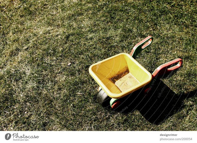 Feierabend alt Sommer ruhig Arbeit & Erwerbstätigkeit Wiese Spielen Gras Garten Rasen Spielzeug Kindheit Müdigkeit Kindergarten Spielplatz Gartenarbeit fleißig