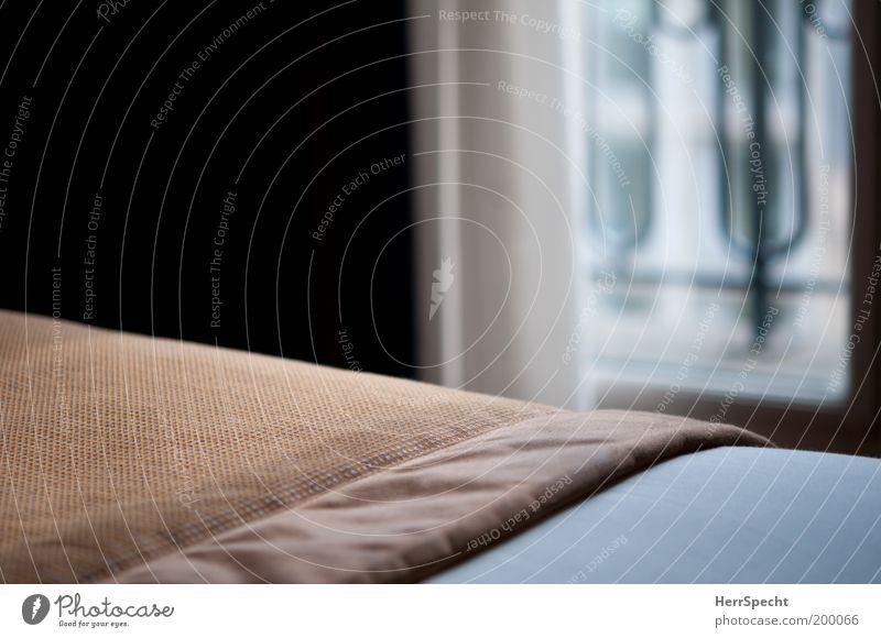 Hotelzimmertagesdecke weiß schwarz Fenster braun Bett Innenarchitektur Stoff Falte Möbel Vorhang Decke Bildausschnitt Schlafzimmer Bettdecke Unschärfe Raum
