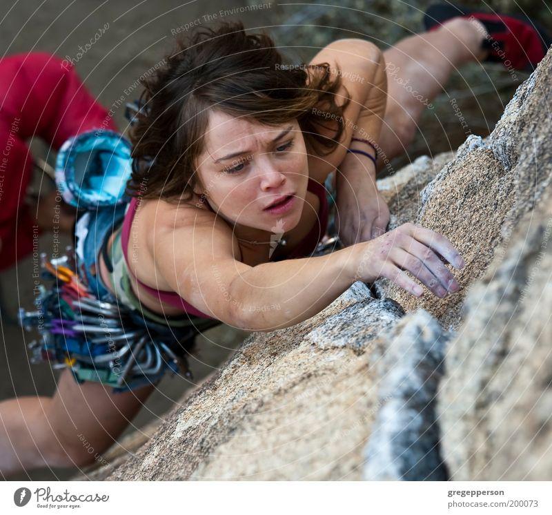 Weibliche Klettererin. Abenteuer Sport Klettern Bergsteigen Seil Junge Frau Jugendliche 1 Mensch 18-30 Jahre Erwachsene hängen sportlich hoch Tatkraft