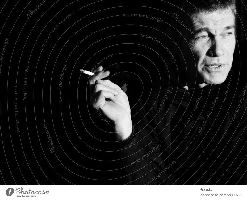 Raucher Mensch maskulin Mann Erwachsene Gesicht Hand 1 45-60 Jahre Rauchen authentisch Sorge Zigarette skeptisch nachdenklich Sonnenlicht Schwarzweißfoto