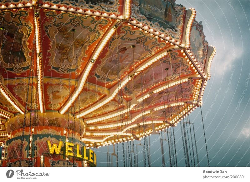 Kirmes alt schön hell Kindheit Wellen Freizeit & Hobby warten stehen leuchten historisch Jahrmarkt Glühbirne Entertainment Karussell Lichterkette