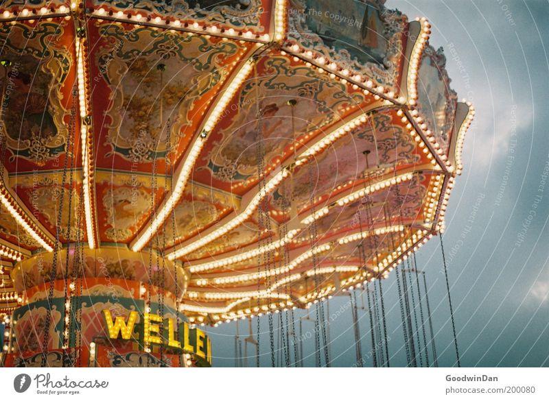 Kirmes Freizeit & Hobby leuchten stehen warten alt hell historisch schön Jahrmarkt Karussell Kettenkarussell Lichterkette Entertainment Kindheit mehrfarbig
