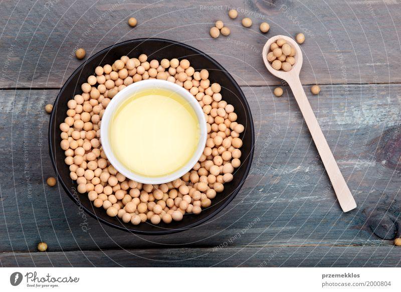 Sojabohnenöl-Bohnen und Sojaöl in den Schüsseln auf Holztisch Getreide Ernährung Bioprodukte Vegetarische Ernährung Schalen & Schüsseln Löffel frisch Gesundheit