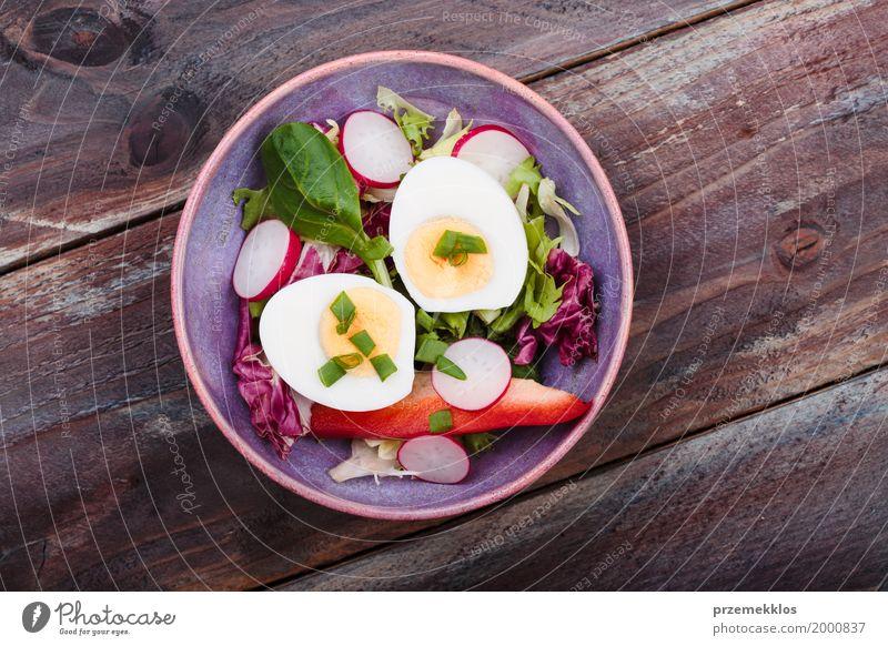 Gesunder Salat mit Eiern und Gemüse Lebensmittel Salatbeilage Mittagessen Vegetarische Ernährung Diät Schalen & Schüsseln Tisch Holz frisch Gesundheit lecker