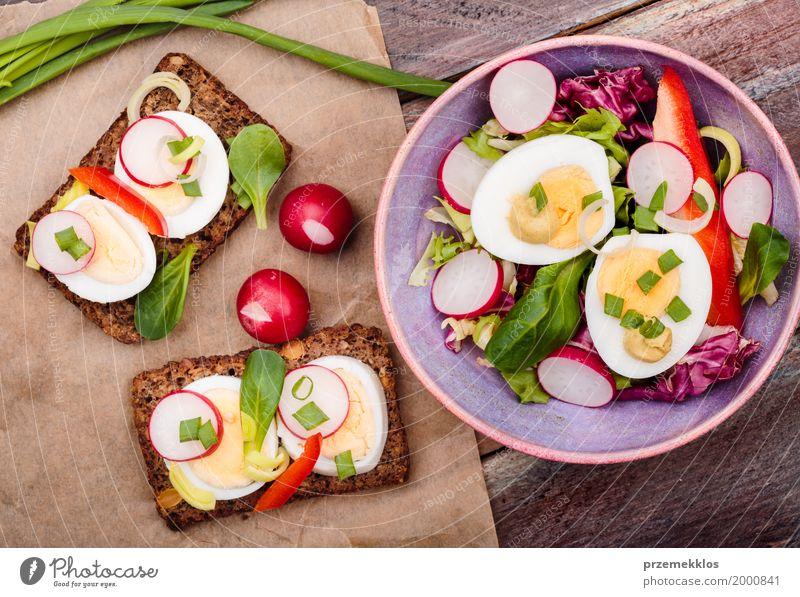 Gesunde Mahlzeit mit Eiern und Gemüse Lebensmittel Salat Salatbeilage Brot Mittagessen Vegetarische Ernährung Diät Schalen & Schüsseln Tisch Holz frisch