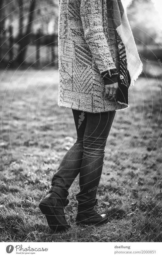 sundance b/w. Lifestyle elegant Stil schön Mensch feminin Junge Frau Jugendliche 1 18-30 Jahre Erwachsene Mode Bekleidung Jeanshose Pullover Jacke Mantel Schal