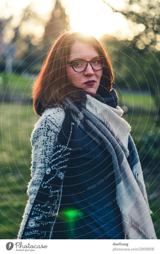 sundance. Lifestyle elegant Stil schön ausgehen Mensch feminin Junge Frau Jugendliche 1 18-30 Jahre Erwachsene Mode Bekleidung Pullover Jacke Mantel Brille