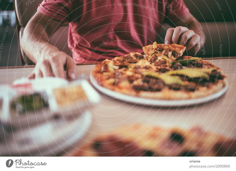 Nahaufnahme des Fleisch fressenden köstlichen pizza zum Mittagessen im Restaurant Lebensmittel Teigwaren Backwaren Essen Abendessen Fastfood Fingerfood Geschirr