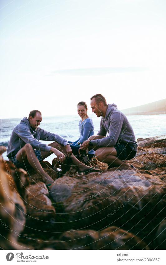 Junge erwachsene Freunde, die Spaß zusammen auf Felsen haben Frau Ferien & Urlaub & Reisen Jugendliche Mann Sommer Meer Freude Erwachsene Lifestyle