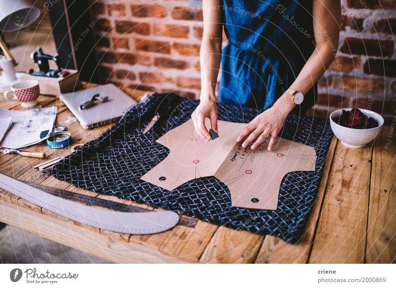 Zeichnungsschablone der jungen Frau für Kleiderdesign Jugendliche Junge Frau Hand Erwachsene Lifestyle feminin Kunst Business Mode Arbeit & Erwerbstätigkeit