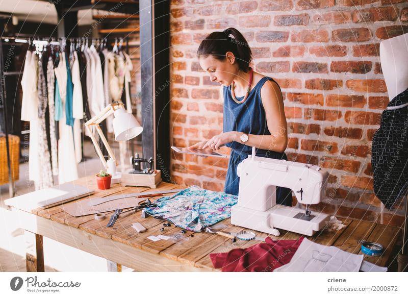 Frau Jugendliche Junge Frau Erwachsene Business Mode Büro modern Technik & Technologie Kreativität Computer Bekleidung Schreibtisch digital Bildschirm PDA