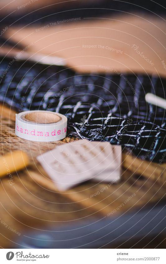 """Nahaufnahme des Bandes, auf dem """"handmade"""" geschrieben ist Lifestyle Design Freizeit & Hobby Handarbeit Schreibtisch Tisch Beruf Arbeitsplatz Business"""