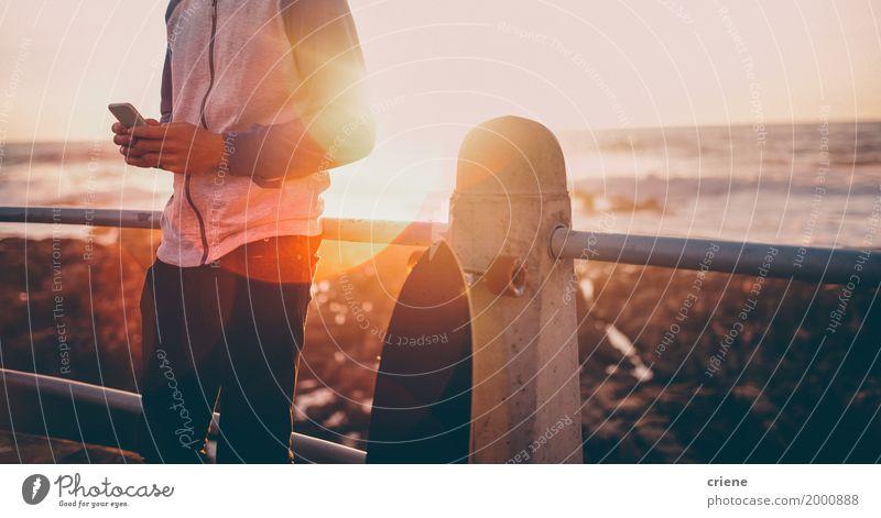 Ferien & Urlaub & Reisen Jugendliche Mann Sommer Sonne Junger Mann Meer Strand Erwachsene Wärme Lifestyle Tourismus Textfreiraum Freizeit & Hobby maskulin