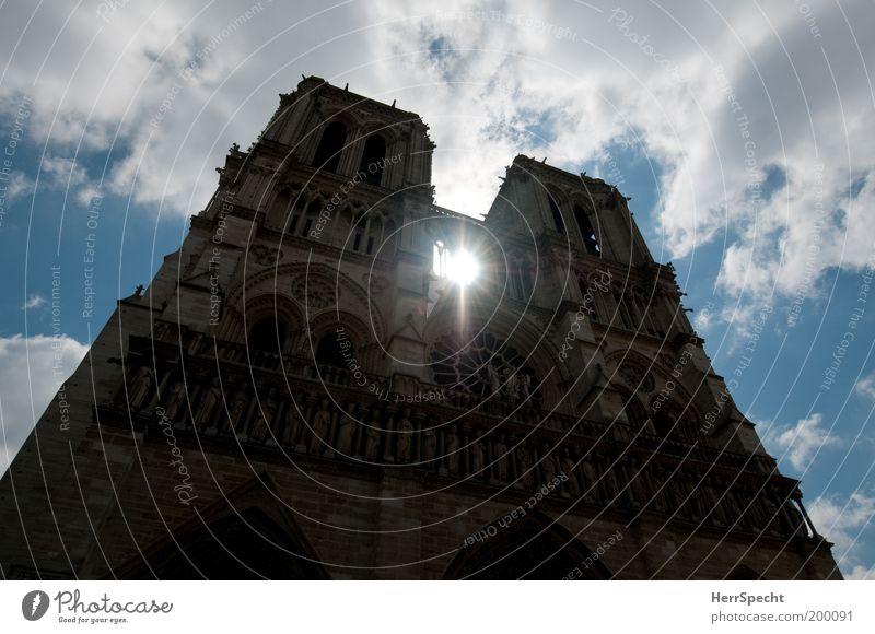 Lichtblick weiß blau braun Architektur Fassade Turm Paris Frankreich Bauwerk historisch aufwärts Wahrzeichen Dom Blauer Himmel Gotik