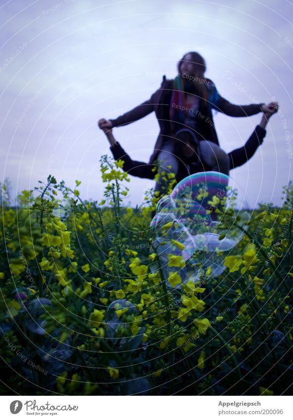 Homosapiens im Frühling Mensch Natur Jugendliche Pflanze Erwachsene Familie & Verwandtschaft Liebe Freiheit Glück Frühling träumen Paar Freundschaft Horizont Feld maskulin