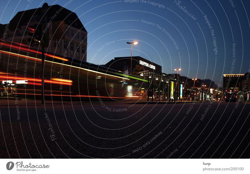 The Night Time is a Lifeline blau Stadt rot schwarz Haus Straße dunkel kalt Architektur Verkehr Bauwerk Verkehrswege Bus Stadtzentrum Hauptstadt Straßenverkehr