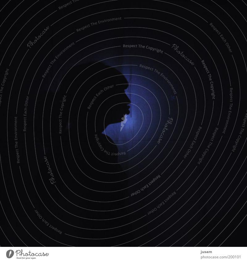 Ich seh nur schwarz feminin Kopf Denken Coolness blau selbstbewußt Nacht Schatten Image Farbfoto Studioaufnahme Textfreiraum unten Kunstlicht Silhouette Porträt