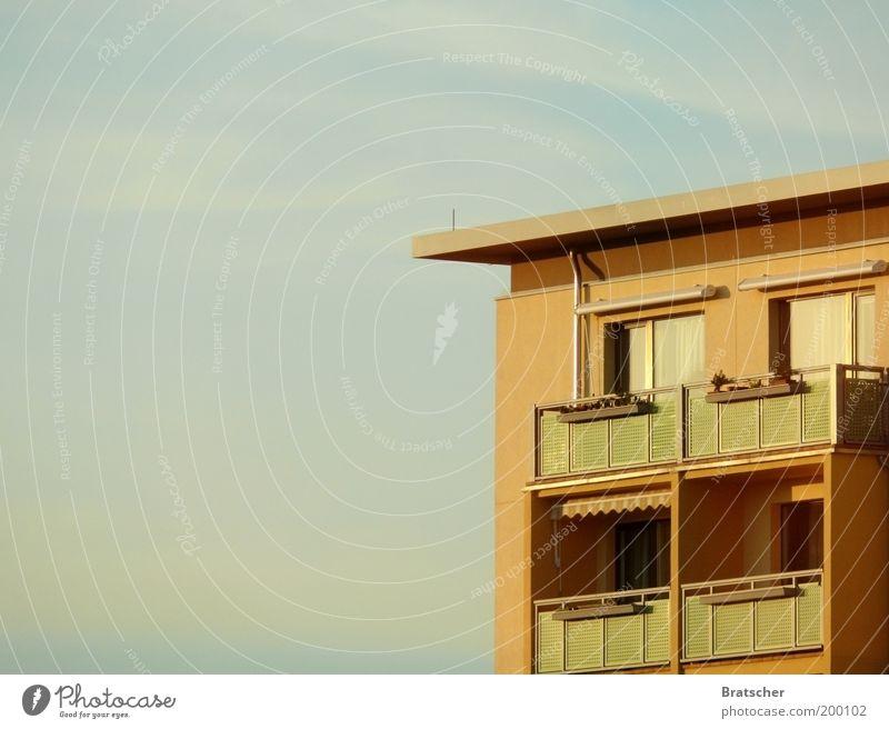 Platte bis zum Horizont Haus Gebäude Architektur Wohnung Fassade Häusliches Leben Balkon Bauwerk Bildausschnitt Blumenkasten Mehrfamilienhaus Flachdach