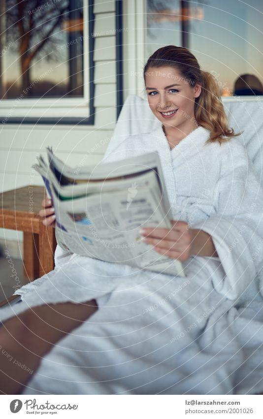 Attraktive lächelnde junge Frau in einem Kurort Lifestyle Glück schön Gesicht Wellness Erholung Spa lesen Erwachsene 1 Mensch 18-30 Jahre Jugendliche blond