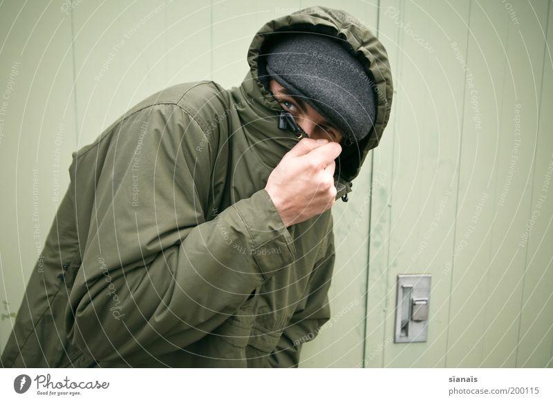 Tarnkappe Mensch Mann Erwachsene Tür Jacke Hut Mütze Kapuze grün Schutz achtsam Hemmung Angst verstecken vermummt vermummen Dieb anonym Flucht Flüchtlinge