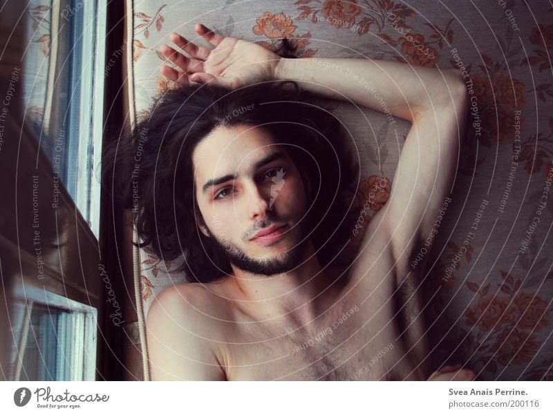 alles vergeht. Mensch Jugendliche Blume Einsamkeit Erwachsene Erholung Auge Fenster Haare & Frisuren Traurigkeit Denken träumen braun Wohnung liegen maskulin