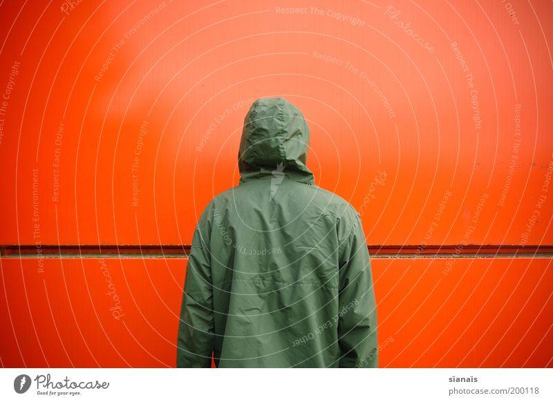 Ishihara-Tafel Hooligan Mensch maskulin Rücken Mauer Wand Fassade Jacke Kapuze stehen warten grün rot schuldig knallig gegeneinander orange anonym