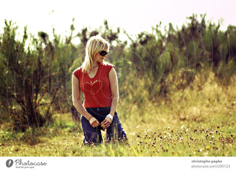 Portrait von Fräulein K. feminin Frau Erwachsene 1 Mensch 18-30 Jahre Jugendliche Wiese T-Shirt Jeanshose Sonnenbrille blond Erholung hocken sitzen träumen frei