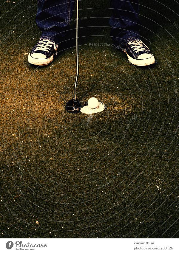 nihilismus im naherholungsgebiet Fuß 1 Mensch Hose Jeanshose Turnschuh Freizeit & Hobby Golf Golfball Chucks Schuhe grün Golfplatz Golfer Golfschläger Putten