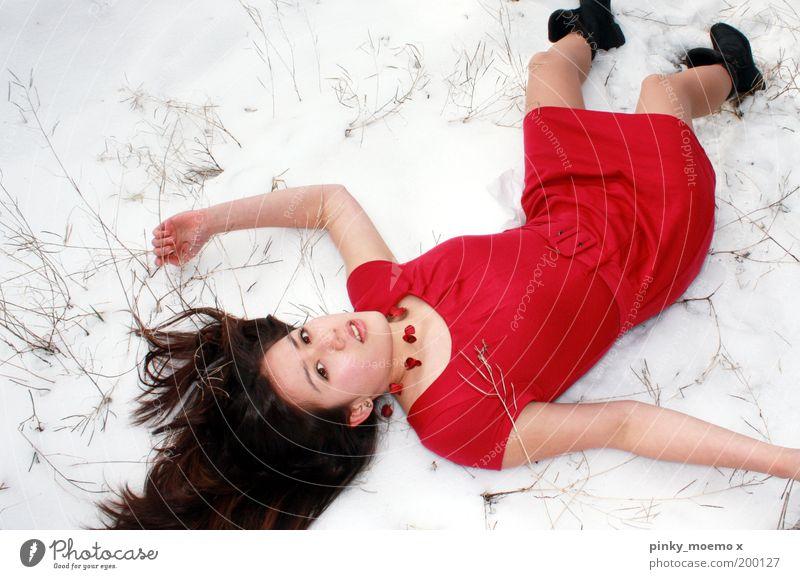 kleine Abkühlung Frau Mensch Natur Jugendliche weiß rot schwarz Erwachsene kalt Schnee Mode liegen Model Kleid Vogelperspektive Beruf