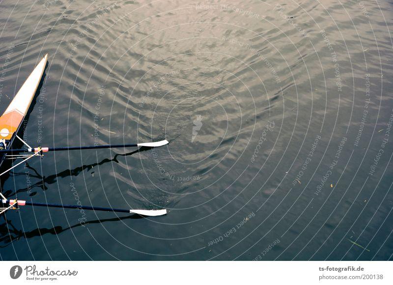 Falsch abgebogen blau Sport Wellen Fluss Kanu Sport-Training Sportveranstaltung Wasseroberfläche Konkurrenz Bildausschnitt Wassersport Rudern Präzision