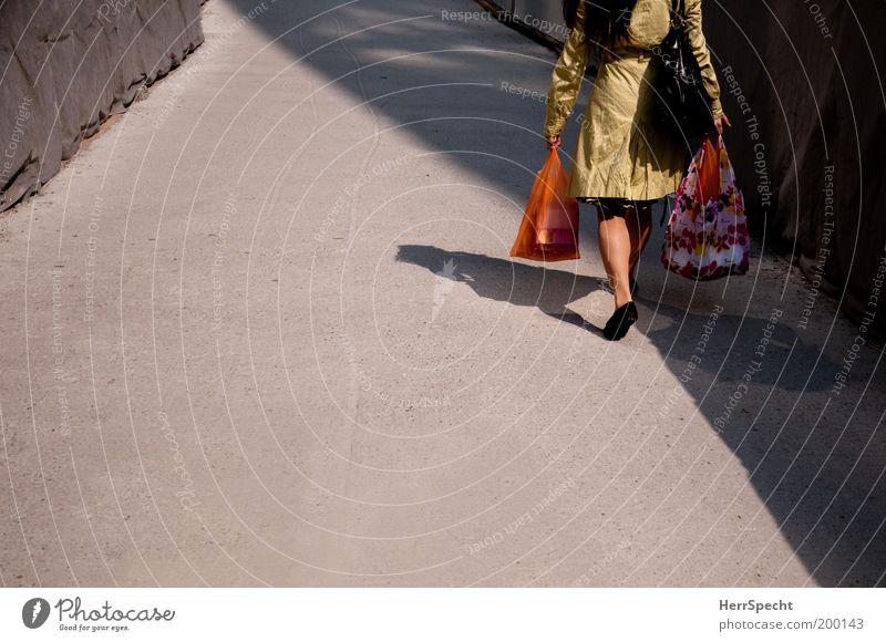 Doppelschatten Mensch Frau Erwachsene feminin grau braun gehen kaufen Mantel Tasche tragen heimwärts Richtung Alltagsfotografie Textilien Einkaufstasche
