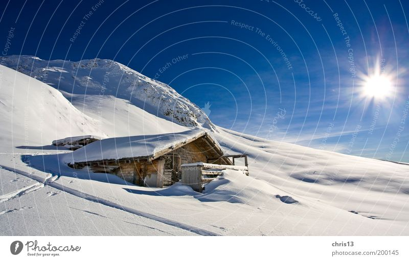 winterlandschaft mit hütte Natur Himmel weiß Sonne blau Winter Ferien & Urlaub & Reisen ruhig Einsamkeit Schnee Erholung Berge u. Gebirge Freiheit träumen