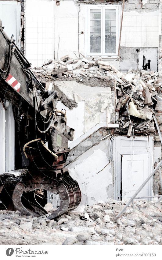 abbruch Haus Wand Fenster Stein Mauer Gebäude Wohnung Tür Fassade Treppe kaputt Müll Häusliches Leben Material Demontage Bagger