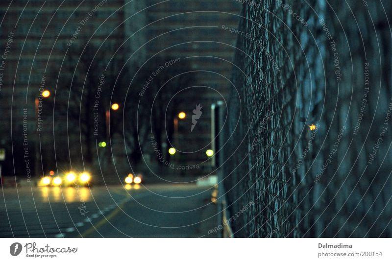 Straße blau Stadt Haus dunkel kalt PKW außergewöhnlich Beton Verkehr Kreativität Laterne Straßenbeleuchtung Zaun Fahrzeug Abenddämmerung