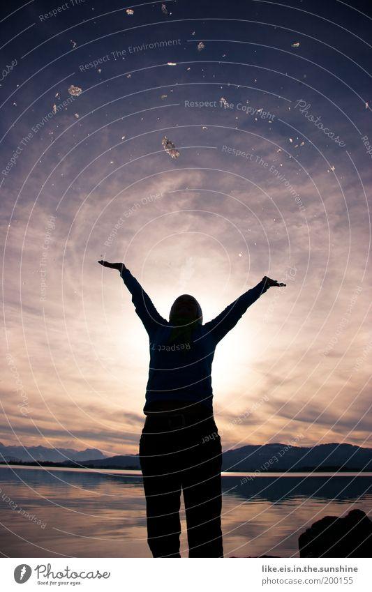 Sternenhimmel fürn Reto Frau Himmel Wasser Sonne Freude Winter Erwachsene Glück Freiheit See glänzend Arme hoch Lebensfreude Stern Schönes Wetter