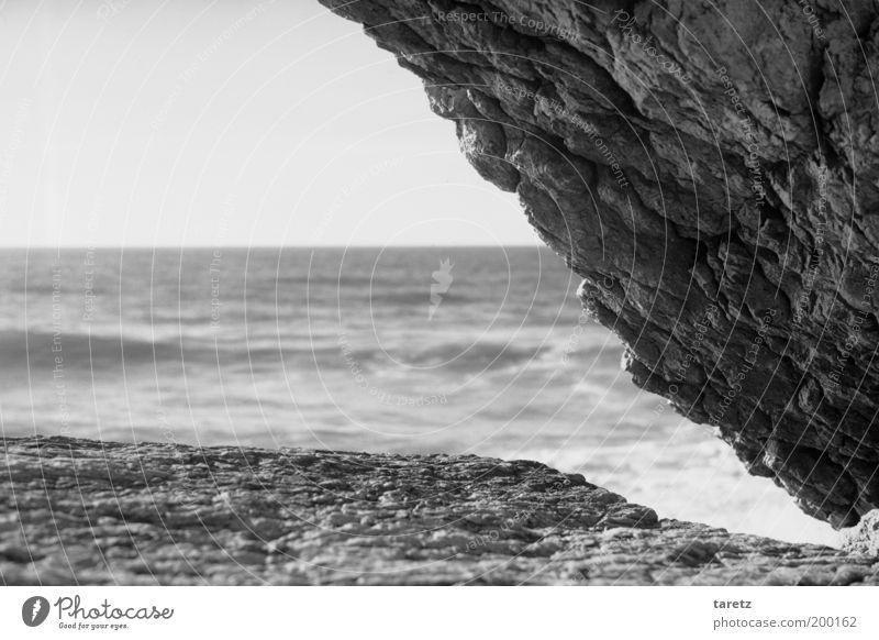 Felsenecke Umwelt Natur Urelemente Wasser Wolkenloser Himmel Wellen Küste Horizont steil Ecke graphisch Dreieck Aussicht Atlantik Portugal Luft Klippe Stein
