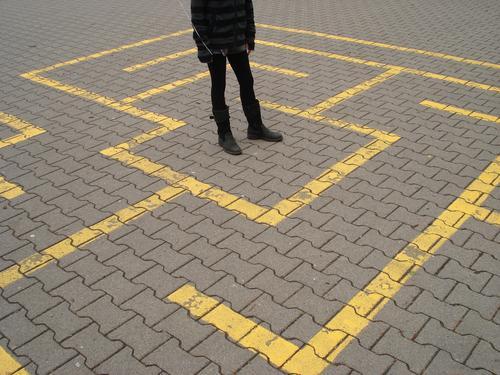 Where? gefangen Jugendliche Entscheidung Entscheidungsfindung Wege & Pfade Lebenslauf Schulhof Irrgarten Labyrinth Pflastersteine Richtung führen Sackgasse