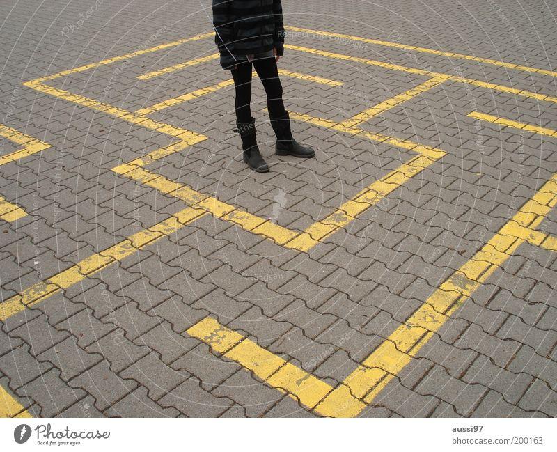 Where? Jugendliche Mädchen Wege & Pfade führen Richtung gefangen Pflastersteine Beschluss u. Urteil Irrgarten Entscheidung Platz Lebenslauf Labyrinth Pubertät