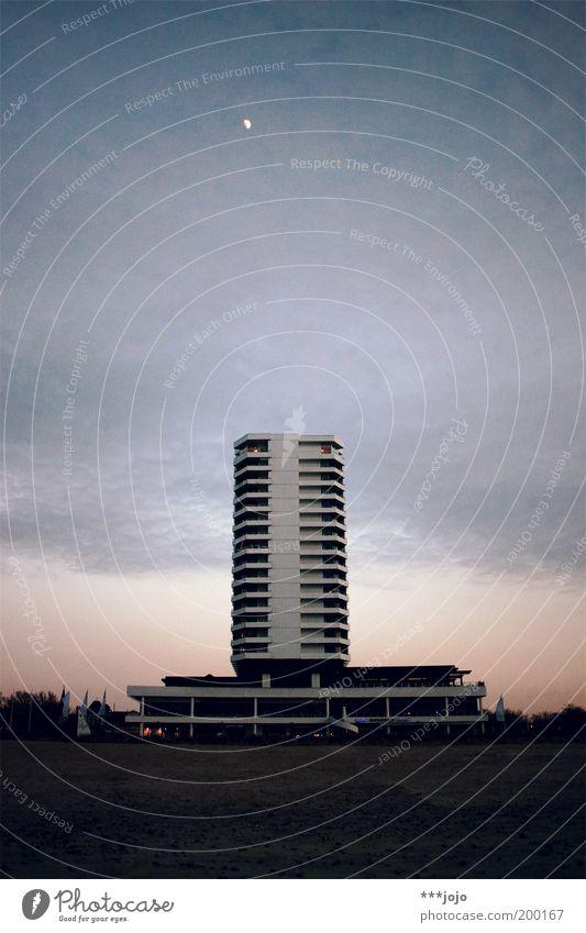 moonlight hotel. Hochhaus ruhig Hotel Mond Mondschein Strand Sand Sandstrand Beton Architektur modern Nacht Abend Geometrie Warnemünde Himmel Mitte Plattenbau