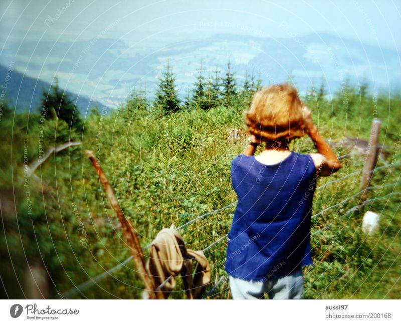 Teresa Di Vicenzo Sightseeing Besichtigung beobachten entdecken Frau Dame Fernglas Aussicht Fußweg wandern Zaun Stacheldraht Unschärfe positive liquid
