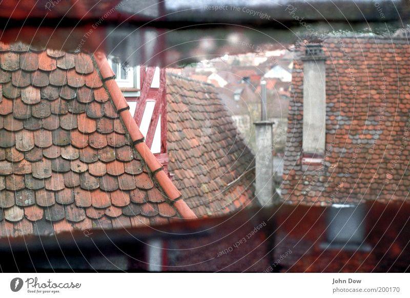 Analoge Dächer rot Haus Gebäude Fassade ästhetisch Dach Häusliches Leben Vergangenheit Bauwerk historisch Schornstein Altbau Altstadt Dachziegel Dachfenster