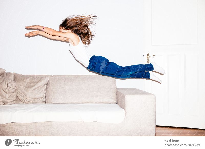 Flying high feminin Kind 8-13 Jahre Kindheit Jeanshose brünett langhaarig fliegen springen frech Fröhlichkeit Unendlichkeit lustig Geschwindigkeit verrückt wild