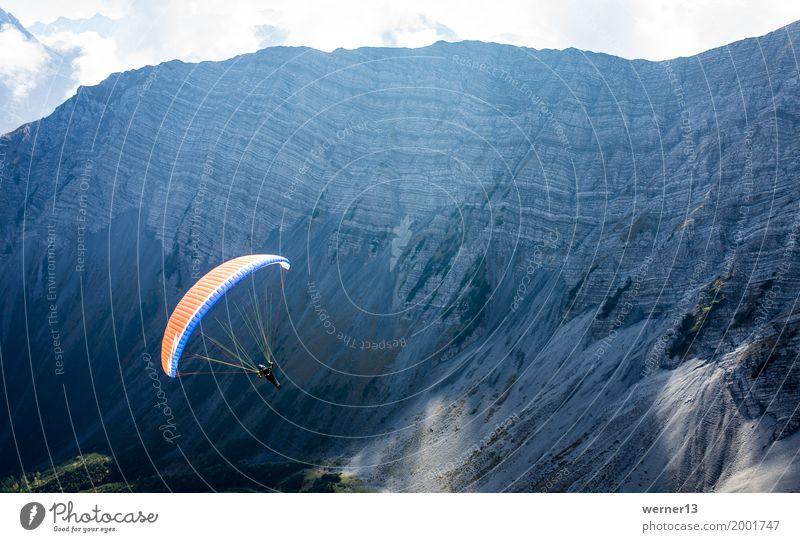Paragleiten in den Alpen, Lermoos, Zugspitzarena Mensch Natur Landschaft Berge u. Gebirge Herbst Glück Tourismus fliegen Felsen Freizeit & Hobby wandern Luft
