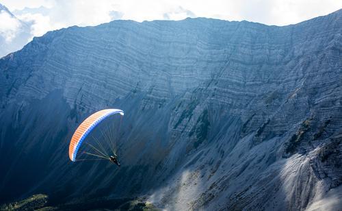 Paragleiten in den Alpen, Lermoos, Zugspitzarena Freizeit & Hobby Tourismus Gleitschirmfliegen 1 Mensch Natur Landschaft Luft Herbst Felsen Berge u. Gebirge