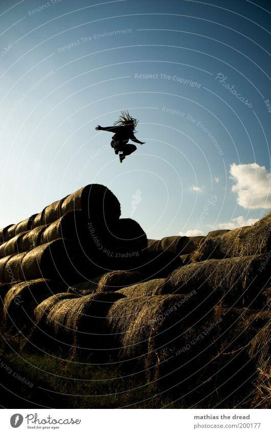 1200 - ABHEBEN Mensch Himmel Natur Jugendliche blau Sommer Freude Erwachsene Umwelt Landschaft Haare & Frisuren springen Stil Freizeit & Hobby fliegen elegant