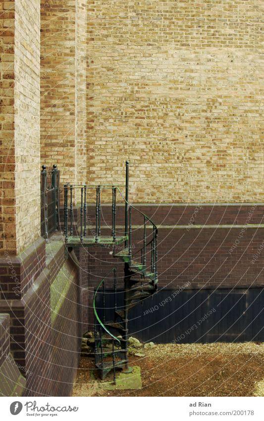 Wo führt das hin?? Altstadt Menschenleer Architektur Mauer Wand Treppe Wendeltreppe alt Farbfoto Textfreiraum oben Totale Notausgang Hintertür