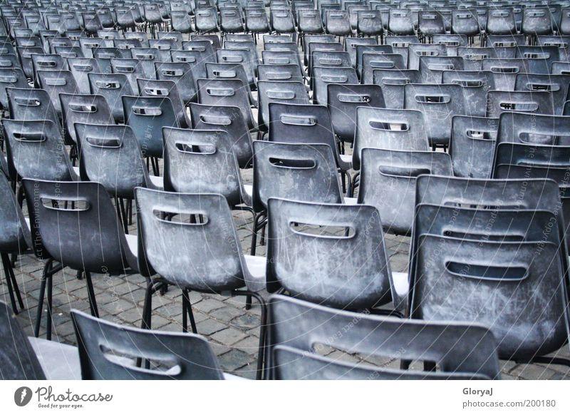 Ein Platz neben mir Vatikan Italien Europa Stuhl Treue Sehnsucht Einsamkeit ruhig Zusammenhalt Farbfoto Außenaufnahme Menschenleer Reihe Sitzreihe Hörsaal Tag