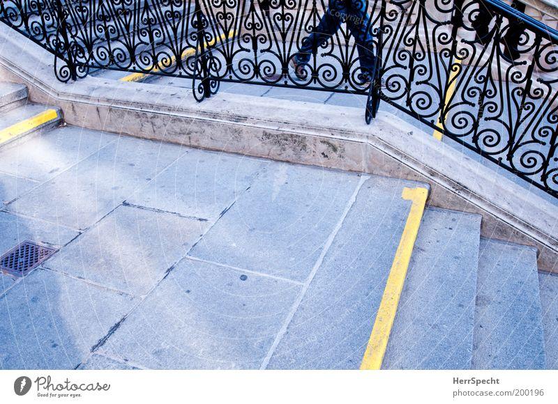 Between the lines maskulin Beine Treppe Treppengeländer Treppenabsatz Treppenpfosten Linie gelb grau abwärts Schmiedeeisen Gitter Farbfoto Gedeckte Farben